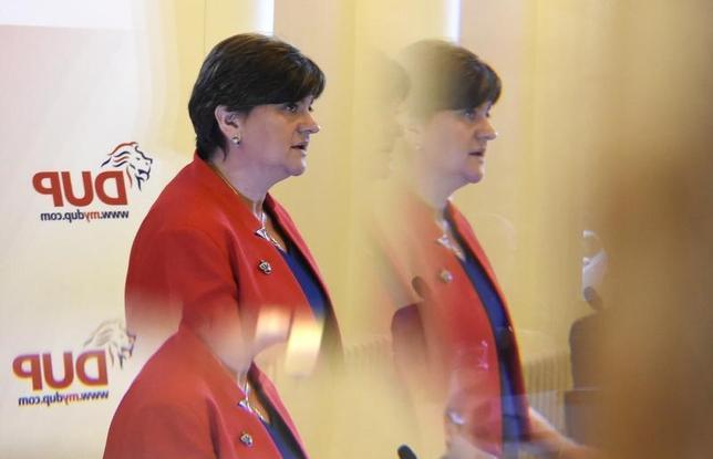 6月8日、英北アイルランドのプロテスタント系民主統一党(DUP)の幹部は、総選挙で与党・保守党が過半数に届かない見込みとなったことに関し、連立政権樹立に向けた協議に応じることに前向きな姿勢を示した。DUPのフォスター党首、北アイルランドのラーガンで2月撮影(2017年 ロイター/Clodagh Kilcoyne)