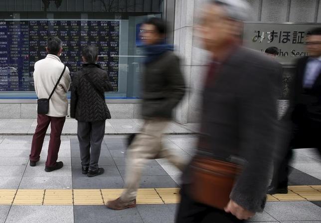 6月9日、寄り付きの東京株式市場で日経平均は前日比43円80銭高の1万9953円06銭となり反発して始まった。都内で昨年1月撮影(2017年 ロイター/Yuya Shino)