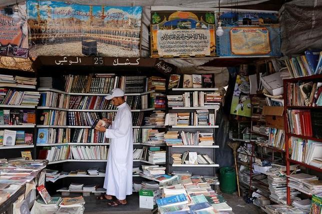 6月6日、モロッコの歴史都市マラケシュで再開発計画が持ち上がり、かつては12世紀に建てられたクトゥビーヤ・モスク周辺で宗教書を販売するなどして代々引き継がれてきた歴史的な書店群が、またも移動を迫られている。写真は5月撮影(2017年 ロイター/Youssef Boudlal)