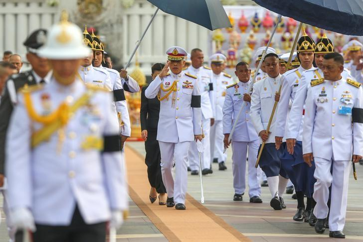 Thailand's King Maha Vajiralongkorn Bodindradebayavarangkun salutes as he leaves the monument of King Rama I after signing a new constitution in Bangkok, Thailand April 6, 2017. REUTERS/Athit Perawongmetha