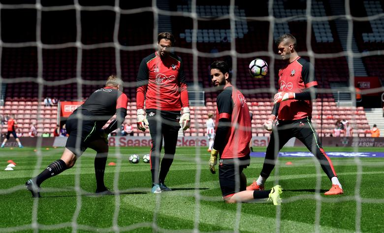 Southampton's Fraser Forster (R) during the warm up may 21, 2017. Images via Reuters / Tony O'Brien