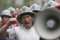 """Imagen de archivo de una protesta minera en las calles de Lima, jul 3, 2008. Los trabajadores mineros de Perú aprobaron iniciar el 19 de julio una huelga nacional indefinida en rechazo de """"normas antilaborales"""" del Gobierno, dijo el viernes el secretario general del gremio de sindicatos del sector, Ricardo Juárez.  REUTERS/Enrique Castro-Mendivil (PERU)"""