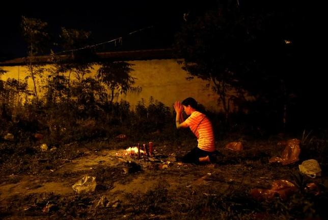 6月7日、中国の全国大学統一入試、通称「高考(ガオカオ)」を前に、中国東部の小さな町、毛坦廠は高揚した空気に包まれていた。写真は3日、子供の合格を祈る母親(2017年 ロイター/Jason Lee)