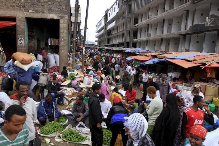 People buy vegetables at a busy market in Mercato, Addis Ababa December 15, 2015. REUTERS/Tiksa Negeri/Files