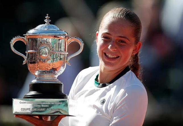 6月10日、テニスの四大大会第2戦、全仏オープンの女子シングルス決勝、20歳のエレナ・オスタペンコ(写真)が第3シードのシモナ・ハレプに勝ち、ツアー初優勝とグランドスラム初制覇を同時に達成した(2017年 ロイター/Benoit Tessier)
