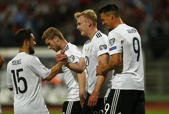 6月10日、サッカーの2018年W杯ロシア大会欧州予選、C組のドイツはホームでサンマリノに7─0で圧勝した。写真は得点を喜ぶドイツの選手たち(2017年 ロイター)