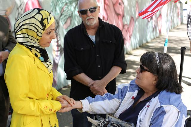 Counter-protester Aneelah Azfali (L) of the Muslim Association of Puget Sound (MAPS) discusses Islam with protesters Allen Crouser (C) and Mary Crouser, who came to attend an anti-Sharia rally in Seattle, Washington, U.S,. June 10, 2017. REUTERS/David Ryder
