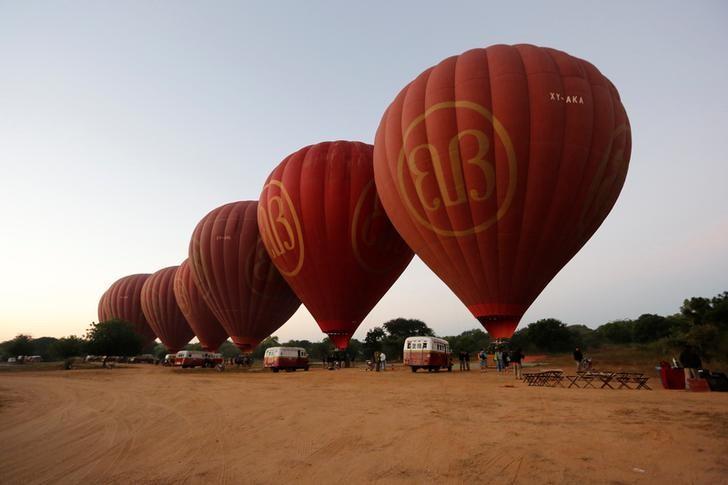 资料图片:2017年1月,缅甸古城Bagan,清晨搭载游客的热气球升空。REUTERS/Soe Zeya Tun