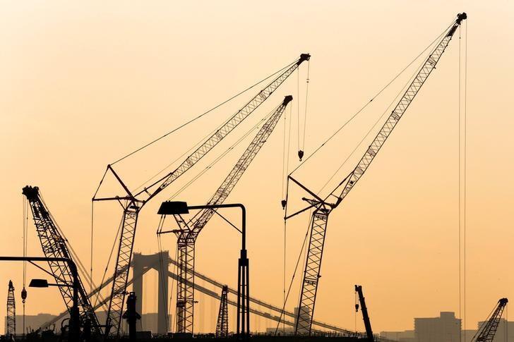资料图片:2015年2月,东京一处建筑工地的重型机械。REUTERS/Thomas Peter