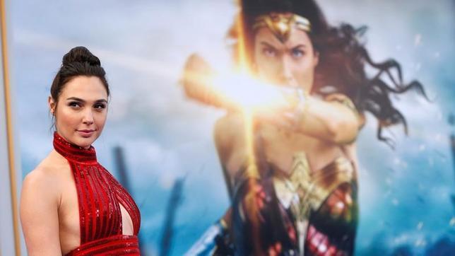 6月11日、バラエティ・ドット・コムによると、週末の北米映画興行収入ランキングは、ワーナー・ブラザーズのスーパーヒーロー映画「ワンダーウーマン」(日本公開8月25日)が5720万ドル(約63億円)を稼ぎ、公開から2週連続で首位となった。写真は主演のガル・ガドット。先月25日撮影(2017年 ロイター/Mario Anzuoni)