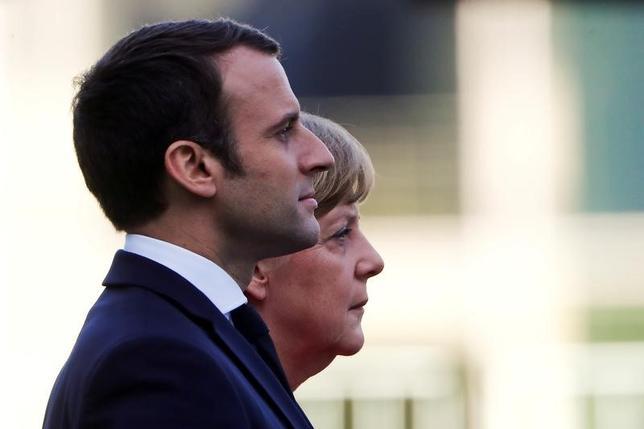6月12日、フランスの国民議会選挙の第1回投票でマクロン大統領が率いる新党「共和国前進」系が圧勝する見通しとなったことを受け、ドイツのメルケル首相はマクロン大統領を祝福し、改革に対する賛成票だと指摘した。ベルリンで先月撮影(2017年 ロイター/Fabrizio Bensch)