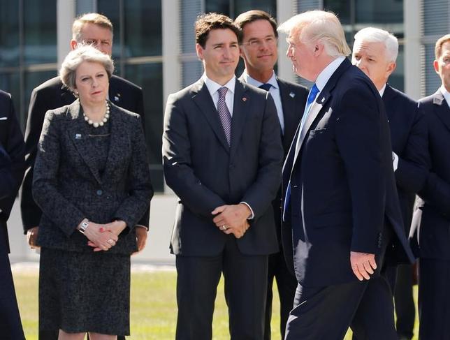 6月12日、カナダ政府は、トルドー首相(写真左から2人目)がトランプ米大統領(写真前列)に譲歩し、G20の共同声明から気候変動の枠組み「パリ協定」に関する言及を削除することを提案したとする報道を否定した。5月撮影(2017年 ロイター/Jonathan Ernst)