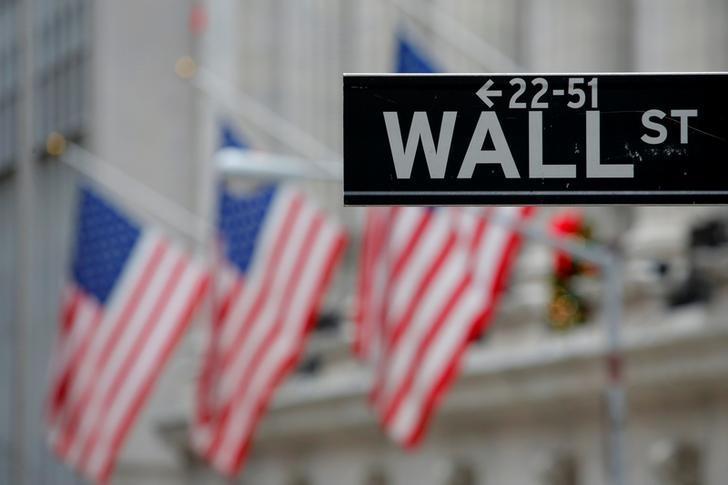 资料图片:2016年12月,美国纽约证交所旁的一块华尔街路牌。REUTERS/Andrew Kelly