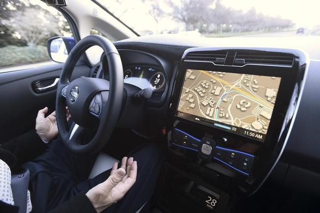 6月13日、産業革新機構や三菱電機など7社は、自動運転向け3次元地図データ会社「ダイナミックマップ基盤企画」に出資すると発表した。政府は2025年をめどに完全自動運転の実現を目指しており、革新機構などは自動運転に不可欠な地図データの整備などを資金と経営の両面から支援する。写真はカリフォルニア州で昨年1月撮影(2017年 ロイター/Noah Berger)