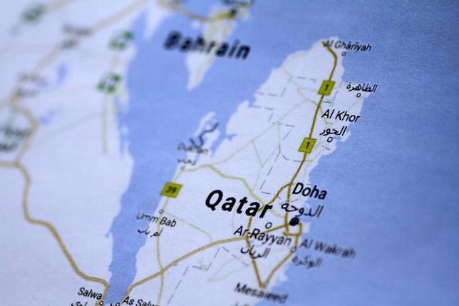 6月13日、アラブ首長国連邦(UAE)のユセフ・オタイバ駐米大使は、カタール断交を巡るアラブ諸国の行動に軍事オプションは含まれていないと述べた。写真はカタールの地図。シンガポールで5日撮影(2017年 ロイター/Thomas White/Illustration)