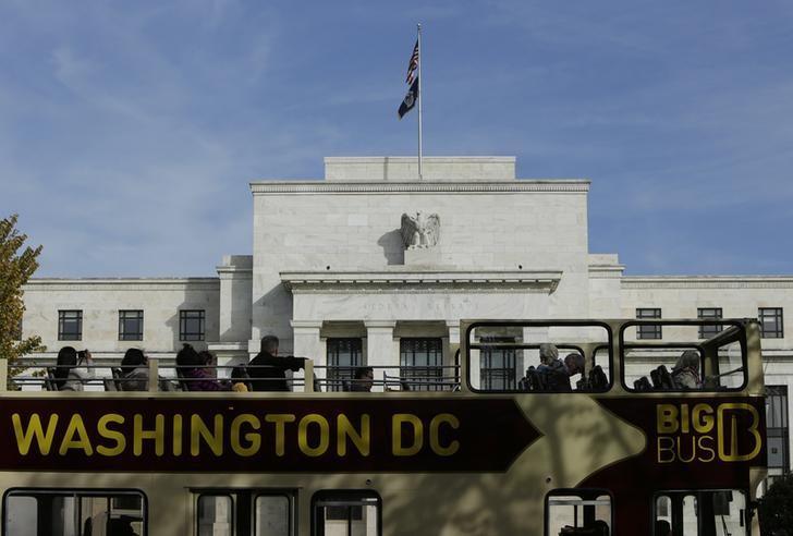资料图片:2014年10月,华盛顿,一辆观光车经过美联储总部。REUTERS/Gary Cameron
