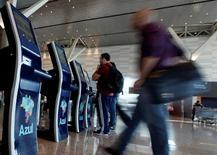 Personas se registran en puestos de autoservicio de aerolínea en aeropuerto de Campinas, Brasil, April 11, 2017. La actividad en el sector de servicios de Brasil se contrajo un 5,6 por ciento en abril respecto al mismo mes de 2016, informó el miércoles el estatal Instituto Brasileño de Geografía y Estadísticas (IBGE). REUTERS/Paulo Whitaker