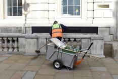 En la imagen, un trabajador municipal barre la calle en Westminster, centro de Londres, Reino Unido, 9 de junio de 2017. Los ingresos de los trabajadores británicos teniendo en cuenta la inflación se redujeron a su ritmo más rápido desde 2014 en el periodo febrero-abril, lo que la destaca las crecientes dificultades a las que se enfrentan muchos hogares por el Brexit, según mostraron el miércoles datos oficiales. REUTERS/Clodagh Kilcoyne
