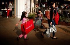 """Personas compran en el centro comercial """"The Grove"""" en Los Ángeles, Estados Unidos. 26 de noviembre 2013.  Las ventas minoristas de Estados Unidos registraron en mayo su mayor caída en más de un año ante el declive en las compras de vehículos motorizados y de gasto discrecional, lo que reduciría expectativas de una aceleración fuerte en el crecimiento económico del segundo trimestre. REUTERS/Lucy Nicholson/File Photo"""