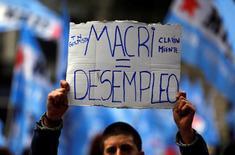 Una persona sostiene un cartel contra el presidente de Argentina, Mauricio Macri, en una marcha contra los despidos en Buenos Aires, jun 2, 2016. La tasa de desempleo de Argentina trepó a 9,2 por ciento en el primer trimestre de 2017, dijo el miércoles el Instituto Nacional de Estadística y Censos (Indec).  REUTERS/Marcos Brindicci