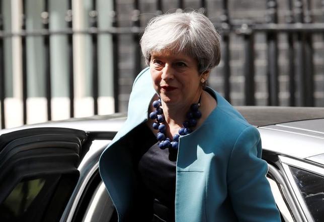 6月14日、メイ英首相(写真)率いる保守党は、政権維持のため北アイルランドの地域政党、民主統一党(DUP)と閣外協力を巡り協議を続けた。ロンドンで撮影(2017年 ロイター/Peter Nicholls)