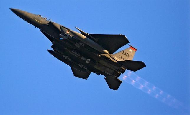 6月14日、カタール国防省は、米国からF15戦闘機(写真)を120億ドルで購入することで合意したと明らかにした。写真はアフガニスタンで2009年1月撮影(2017年 ロイター/Bob Strong)