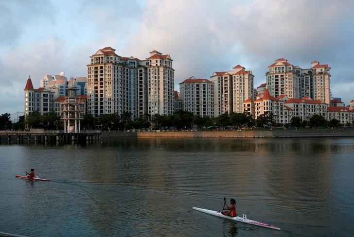Kayakers pass private residential condominiums at Tanjong Rhu in Singapore August 18, 2016. REUTERS/Edgar Su/Files