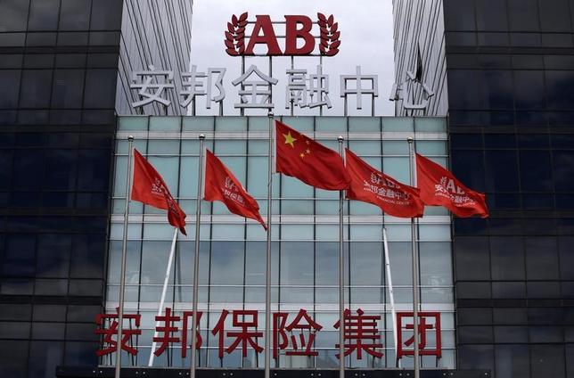 6月15日、ブルームバーグによると、中国当局は安邦保険集団との取引を停止するよう銀行に指示した。写真は北京で昨年8月撮影(2017年 ロイター/Jason Lee)