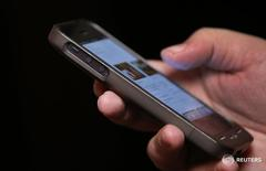 Мужчина использует смартфон. Евросоюз с четверга отменил плату за мобильный роуминг внутри блока, положив конец десятилетним попыткам Брюсселя доказать все более скептически настроенным европейцам, что он действительно может сделать их жизнь лучше. REUTERS/Mike Segar