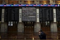 En la imagen, un trader en la Bolsa de Madrid, el 6 de julio de 2015. La debilidad de las acciones ligadas a las materias primas en medio de una caída de los precios del crudo llevaban a las bolsas europeas a caer el jueves por segunda sesión consecutiva.  REUTERS/Juan Medina