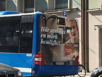 En la imagen, un anuncio de Storytel en un autobús de Estocolmo, el 18 de mayo de 2017. La empresa de audiolibros de rápido crecimiento Storytel se expandirá a nuevos mercados en los próximos años, mientras se aleja de países de habla inglesa donde domina su rival Audible, dijo el presidente ejecutivo del grupo sueco. REUTERS/Helena Soderpalm