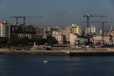 Grúas en el paisaje de La Habana, donde se están construyendo hoteles de lujo y renovando edificios históricos. 16 de mayo de 2017. El presidente ejecutivo de Marriott International Inc, Arne Sorenson, instó el jueves al Gobierno de Estados Unidos a que mejore las relaciones con Cuba y reconozca al turismo como una herramienta estratégica en ese esfuerzo. REUTERS/Stringer