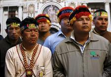 Jefes de las comunidades indígenas cercanas al lote petrolero 192 en el amazonas peruano, durante una rueda de prensa en Lima. 13 de agosto de 2015. La petrolera canadiense Frontera Energy (antes Pacific Exploration & Production) dijo el jueves que invertirá unos 2.500 millones de dólares en Perú, luego de que nativos del Amazonas abandonaron un yacimiento de la firma tras llegar a una acuerdo sobre el pago por el uso de sus tierras. REUTERS/Mariana Bazo - RTX1O6RT