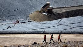 Unos trabajadores en la mina Veladero de Barrick Gold en la provincia argentina de San Juan, abr 26, 2017. La Justicia de la provincia de San Juan levantó las restricciones para operar que pesaban sobre Veladero, de Barrick Gold, tras un reciente derrame de cianuro, aunque la mina retomará la actividad plena en un mes, dijeron el jueves la empresa y autoridades locales.   REUTERS/Marcos Brindicci