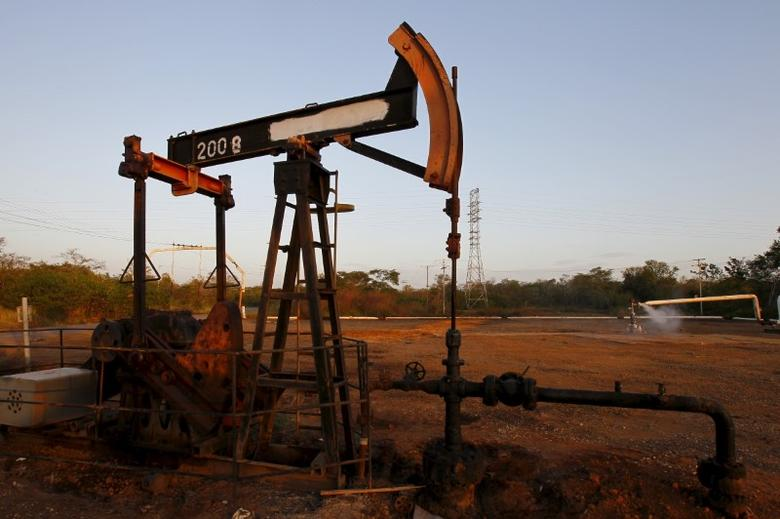 A pumpjack is seen in Lagunillas, Ciudad Ojeda, in the state of Zulia, Venezuela December 22, 2015. REUTERS/Isaac Urrutia
