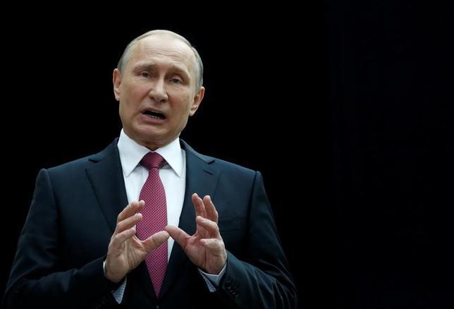 6月15日、サッカーの2018年ワールドカップ(W杯)開催国、ロシアのプーチン大統領は、国内リーグで外国人選手が多くプレーすることは、地元選手の成長を阻害していると話した(2017年 ロイター/Sergei Karpukhin)