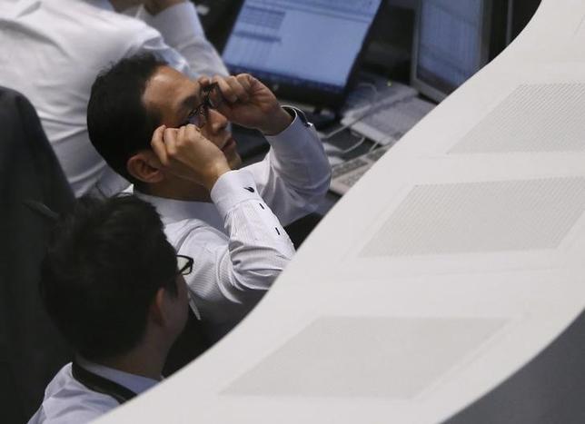 6月16日、前場の東京株式市場で、日経平均株価は前営業日比105円33銭高の1万9937円15銭となり、5日ぶりに反発した。写真は東証のブース、昨年2月撮影(2017年 ロイター/Issei Kato)