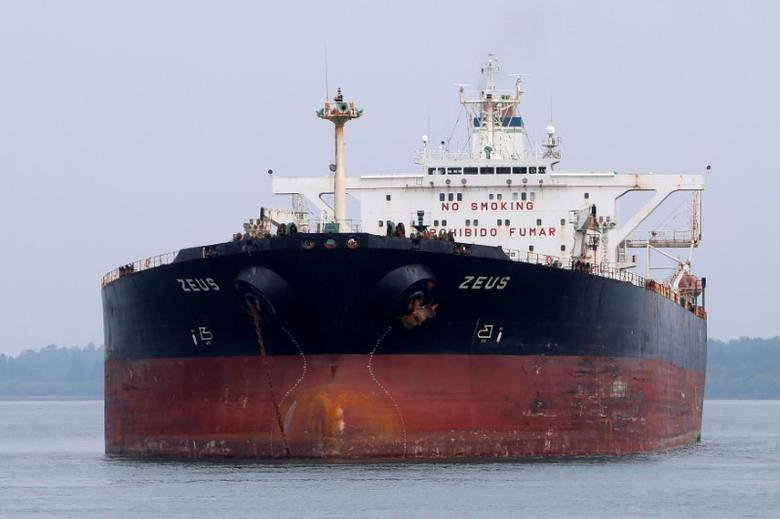 FILE PHOTO: Panamanian-flagged crude oil tanker Zeus anchors at Raffles Anchorage, about 14 km (8.7 miles) south of Singapore September 9, 2012. REUTERS/Tim Chong/File Photo