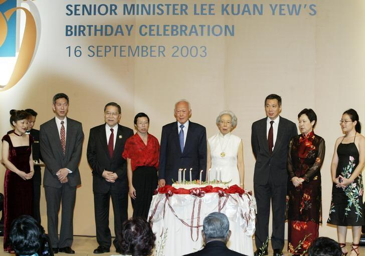 Lee Kuan Yew (C) and his family celebrate his 80th birthday in Singapore, September 16, 2003.  From (L-R) daughter-in-law Lee Suet Fern, son Lee Hsien Yang, Chief Justice Tong Pung How, daughter Lee Wei Ling, Lee, wife Kwa Geok Choo, son Lee Hsien Loong, daughter-in-law Ho Ching and granddaughter Li Xiuqi. REUTERS/David Loh/File Photo