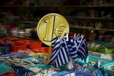 En la imagen, un cartel de un euro en una tienda de Grecia el 26 de julio de 2015.    El Eurogrupo podría bloquear un préstamo de 8.500 millones de euros (9.500 millones de dólares) si Atenas no otorga inmunidad a tres funcionarios de España, Italia y Eslovaquia procesados en el marco de una pesquisa sobre privatizaciones en Grecia, dijo el viernes el ministro de Economía español, Luis de Guindos.   REUTERS/Yiannis Kourtoglou/File Photo