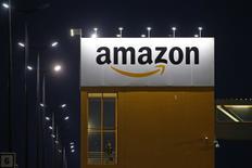 El logo de Amazon se ve en el centro de logística de la empresa en Lauwin-Planque, norte de Francia. 20 febrero 2017. Amazon.Com Inc, la empresa minorista por internet más grande del mundo, anunció el viernes la adquisición de la firma de alimentación Whole Foods por 13.700 millones de dólares, incluyendo deuda. REUTERS/Pascal Rossignol