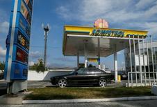 Una gasolinera de Rompetrol en Chisinau, Moldovia, oct 9, 2016. Los precios del petróleo repuntaron el viernes desde mínimos en el año porque algunos productores redujeron sus exportaciones y se desaceleró la incorporación de nuevas plataformas de perforación en Estados Unidos, pero el rebote fue modesto y los precios registraron su cuarto descenso semanal.   REUTERS/Gleb Garanich