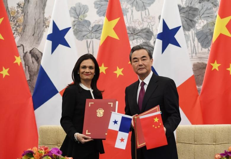 Panama's Vice President and Foreign Minister Isabel de Saint Malo (L) and Chinese Foreign Minister Wang Yi pose with their documents after signing a joint communique on establishing diplomatic relations, in Beijing, China on June 13, 2017. REUTERS/Greg Baker/Pool