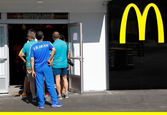 FILE PHOTO - Athletes line up at a McDonald's inside the Olympic village in Rio de Janeiro, Brazil on August 1, 2016.    REUTERS/Kai Pfaffenbach/File Photo