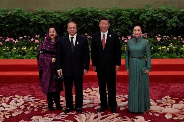6月14日、地理的にも中国政府の「シルクロード」計画の中央に位置するパキスタンでは、昨年だけで280億ドル以上の契約が、現地企業と合弁を組んだ中国企業との間で結ばれた。写真は5月14日、北京で開かれた「一帯一路」会議に出席したシャリフ首相(左から2人目)と習近平国家主席(2017年 ロイター)