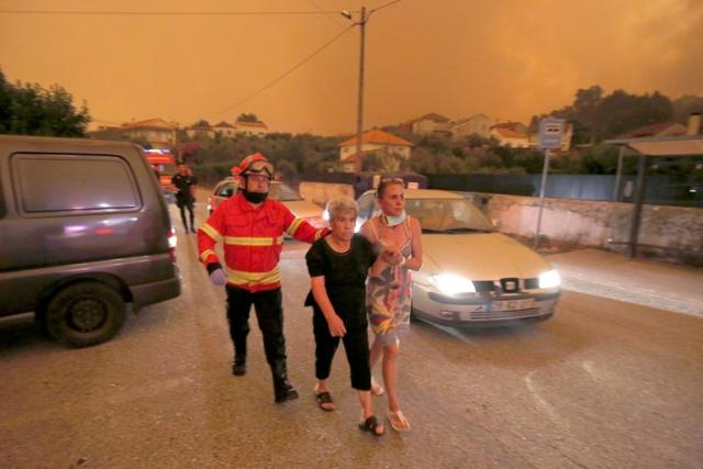 Local residents are evacuated during a forest fire from the village of Derreada Cimeira, Portugal June 18, 2017. REUTERS/Rafael Marchante