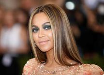 Foto de archivo de la estrella pop Beyonce Knowles arribando a un evento en el Metropolitan Museum of Art Costume Institute Gala (Met Gala) de Nueva York.  May 2, 2016.  El nacimiento más esperado del año, los gemelos de la estrella pop Beyonce, fue confirmado el domingo por su padre, Mathew Knowles, en las redes sociales. REUTERS/Eduardo Muñoz