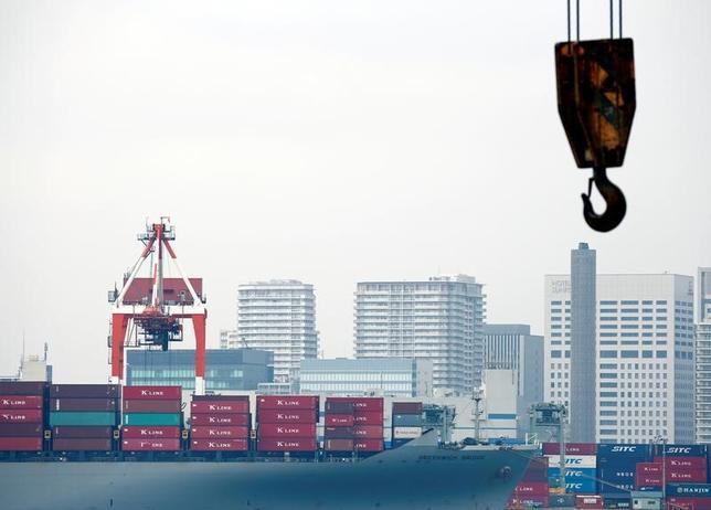 6月19日、財務省が19日に発表した5月貿易統計速報は、貿易収支が2034億円の赤字だった。写真は東京湾、2016年8月撮影(2017年 ロイター/Kim Kyung-Hoon)