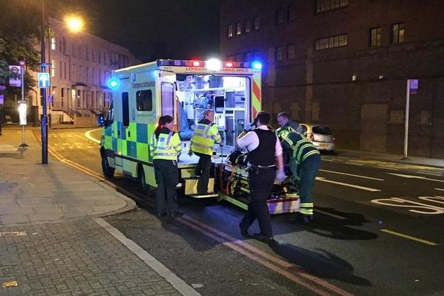 6月19日、英国の警察によると、ロンドン北部のフィンズベリー・パークで、1台のバンが歩行者に衝突したとの情報があり、多数の負傷者が出ている。写真はフンスベリー・パーク近くに待機する緊急車両(2017年 ロイター/Ritvik Carvalho)