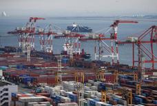 Contenedores en un puerto en Tokio. 22 de marzo 2017. Las exportaciones de Japón crecieron en mayo más que en cualquier mes en los últimos dos años por los mayores envíos de autos y acero, una señal alentadora de que la fuerte demanda en el extranjero apoyará el crecimiento económico. REUTERS/Issei Kato